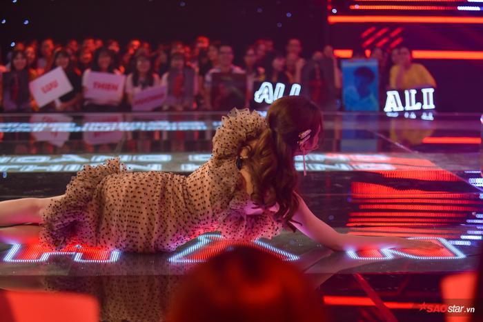 """Miss International Queen """"phá chặn"""" bằng cách sải người che lấp bảng """"Block"""" trên sân khấu."""