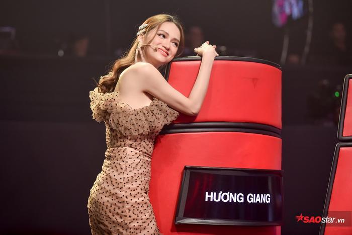 Nào ngờ, giữa lúc suy tính chiến thuật, team hoàng gia bị cặp đôi Phạm Quỳnh Anh - Dương Khắc Linh chặn.