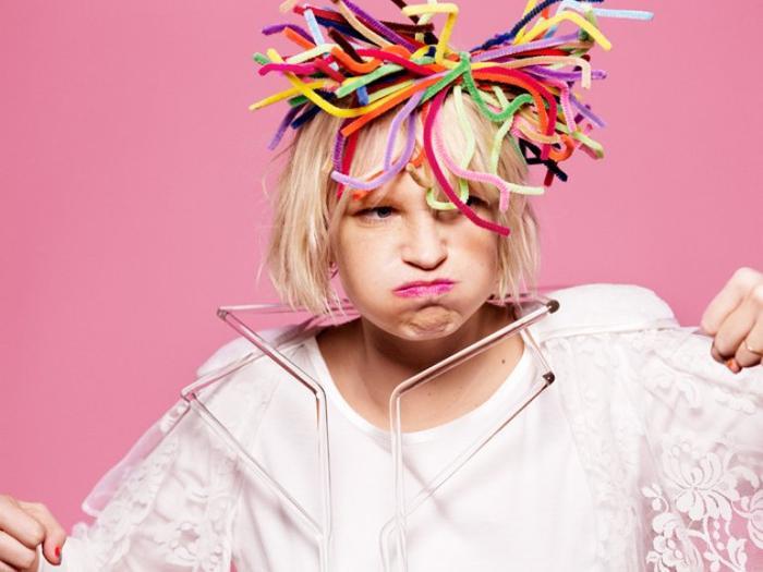 Nữ ca sĩ Sia cũng là một tín đồ ăn chay và cô thường hỗ trợ tổ chức PETA tuyên truyền bảo vệ các loài động vật.