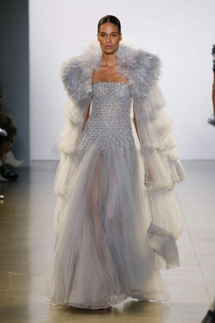 Đây là một sáng tạo nằm trong BST mới nhất của NTK Công Trí tại New York Fashion Week 2019, hiện tại anh là một trong những NTK lớn nhất nhì Việt Nam với các sáng tạo được cả sao ngoại lẫn sao Việt yêu thích.