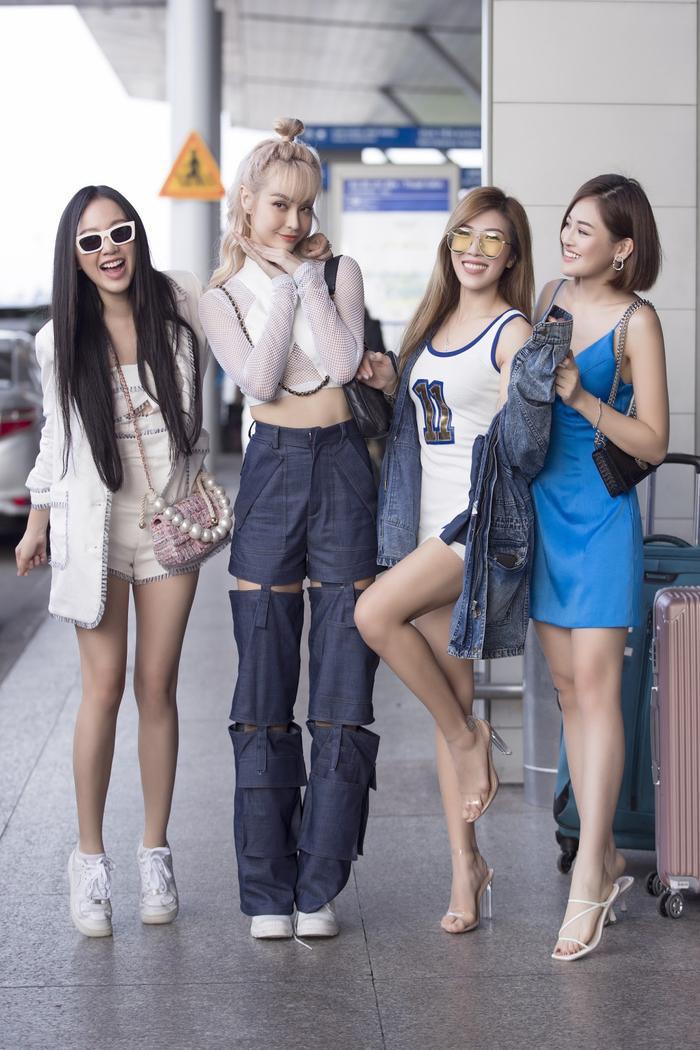 4 cô gái vô cùng hào hứng trước giờ khởi hành.