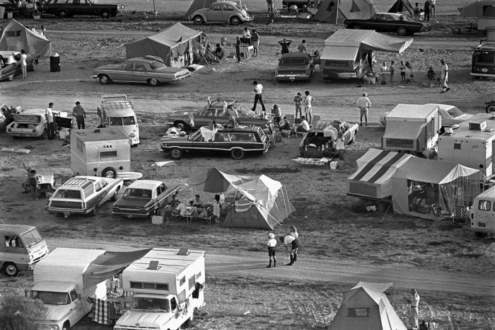 Nhiều người thậm chí còn dựng lều.