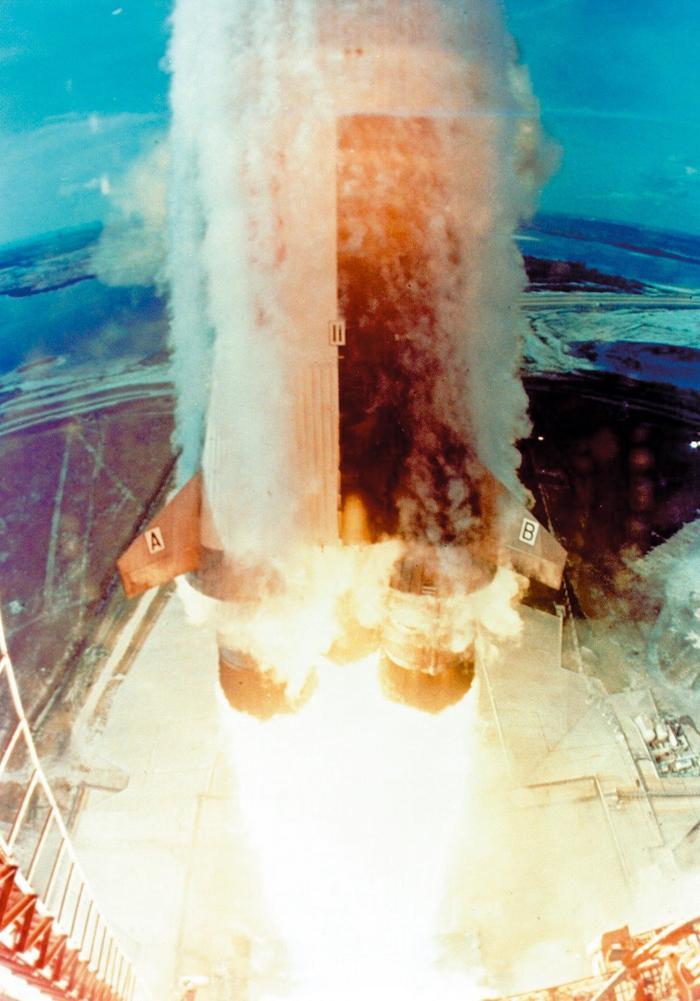 Tên lửa Saturn V nặng 6,2 triệu pound khi chất đầy nhiên liệu và sinh ra lực đẩy 7,6 triệu pound.