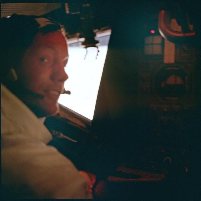 Neil Armstrong trong hành trình.