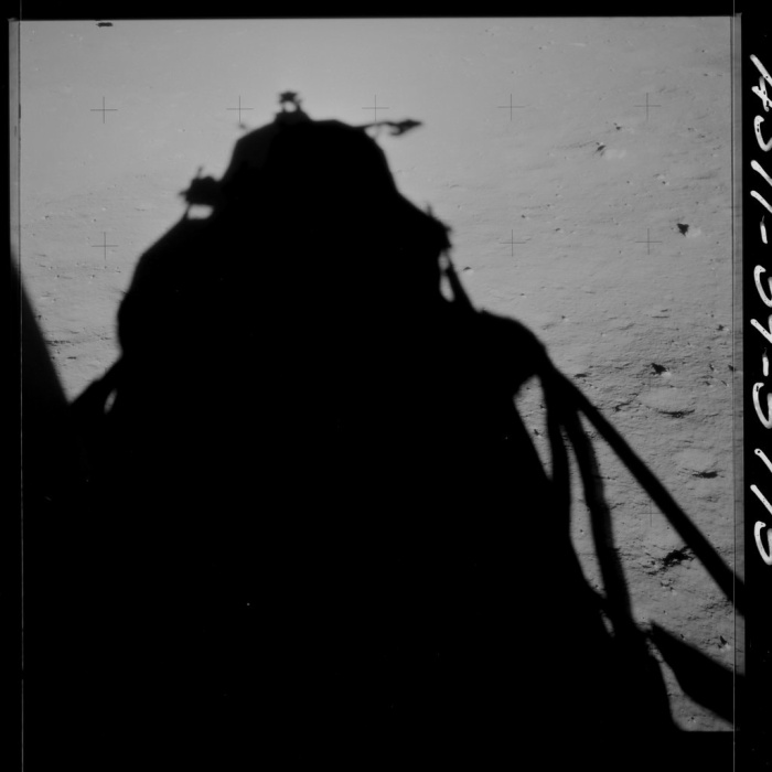 Bóng của phần đổ bộ xuống mặt trăng mang tên gọi Eagle.