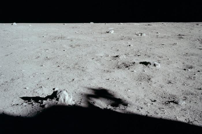 """Buzz Aldrin mô tả mặt trăng """"cực kì buồn""""."""
