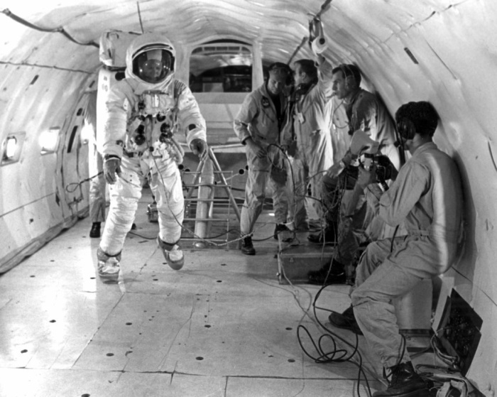 Buzz Aldrin thực hiện huấn luyện trong môi trường không trọng lực của một chiếc máy bay KC-135 lấy từ Căn cứ Không quan Patrick ở Florida.