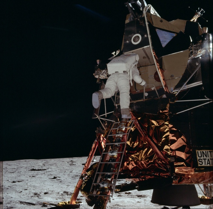 Aldrin đang chuẩn bị đặt chân lên mặt trăng.