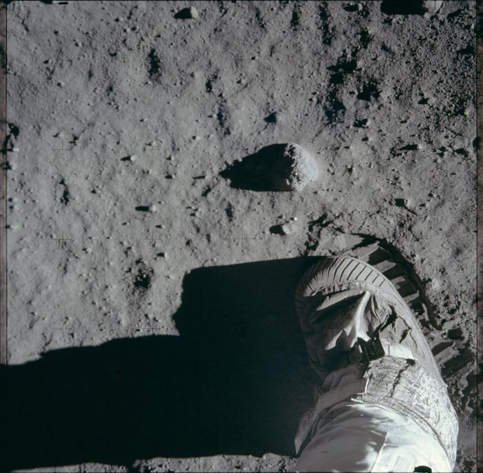 Aldrin chụp hình ảnh dấu chân của mình trên mặt trăng.