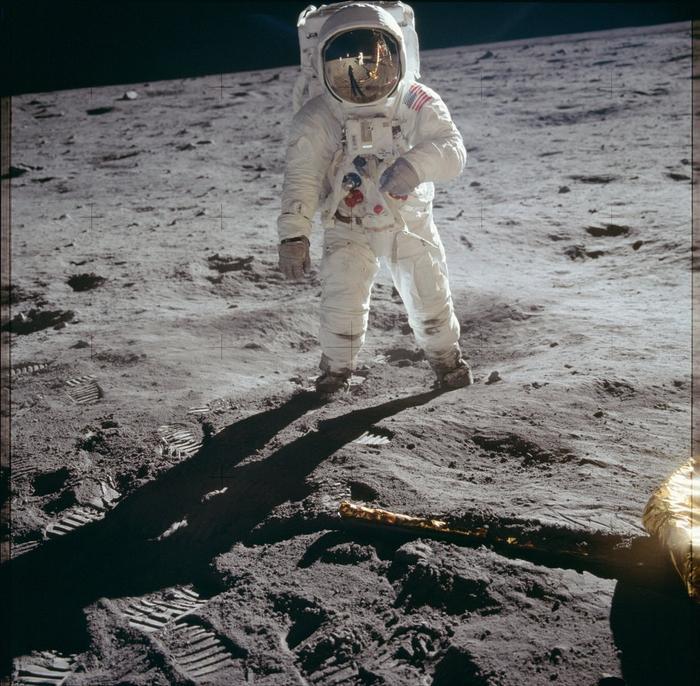Mặc dù Neil Armstrong chụp rất nhiều hình trong chuyến đi bộ trên mặt trăng, anh rất ít xuất hiện trong hình ảnh, đây là một trong số đó.