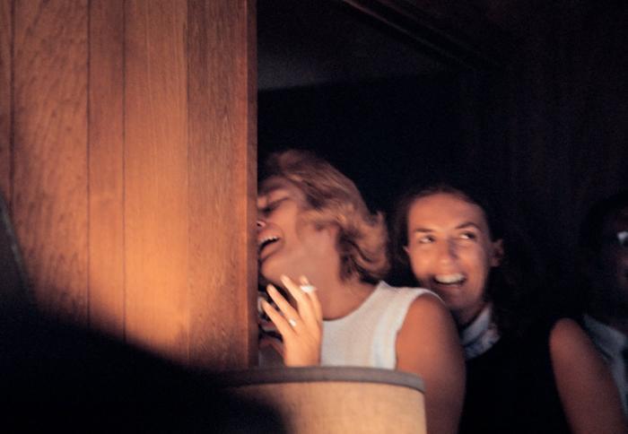 Joan Aldrin, vợ của Aldrin, xem hành trình của chồng mình qua TV.