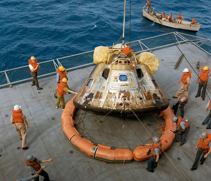 Bộ phận Columbia được kéo lên từ Biển Thái Bình Dương vào ngày 24 tháng 7.