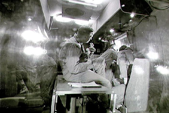 Hình ảnh Neil Armstrong đang thổi ukulele.