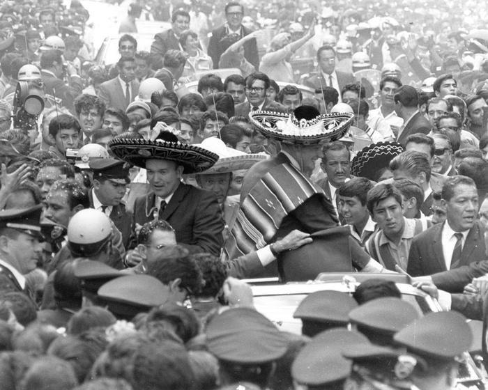 Một lễ diễu hành ở Mexico City tháng 9 năm 1969. Là một phần của Presidential Goodwill Tour, các phi hành gia cùng vợ mình đã tới 24 quốc gia, 27 thành phố trong suốt 45 ngày.