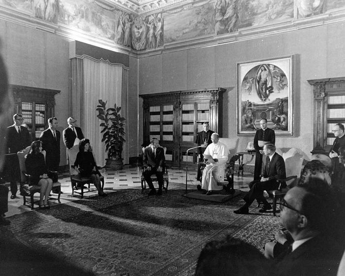 Phi hành gia gặp Pope Paul VI tại Vatican vào tháng 10 năm 1969.