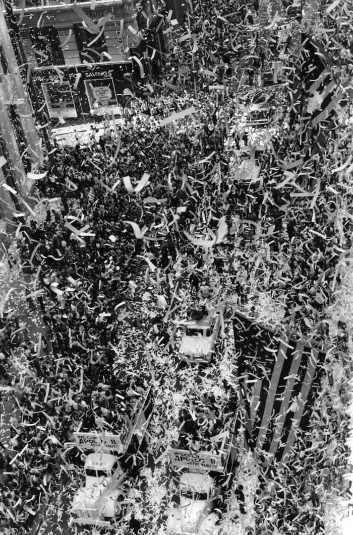 Broadway rực rỡ cờ hoa đón các phi hành gia.