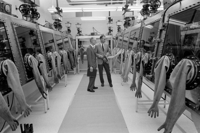 Michael Collins, bên phải, đang ghé thăm phòng thí nghiệm Lunar Receiving Lab tại Manned Spacecraft Center vào năm 1967.