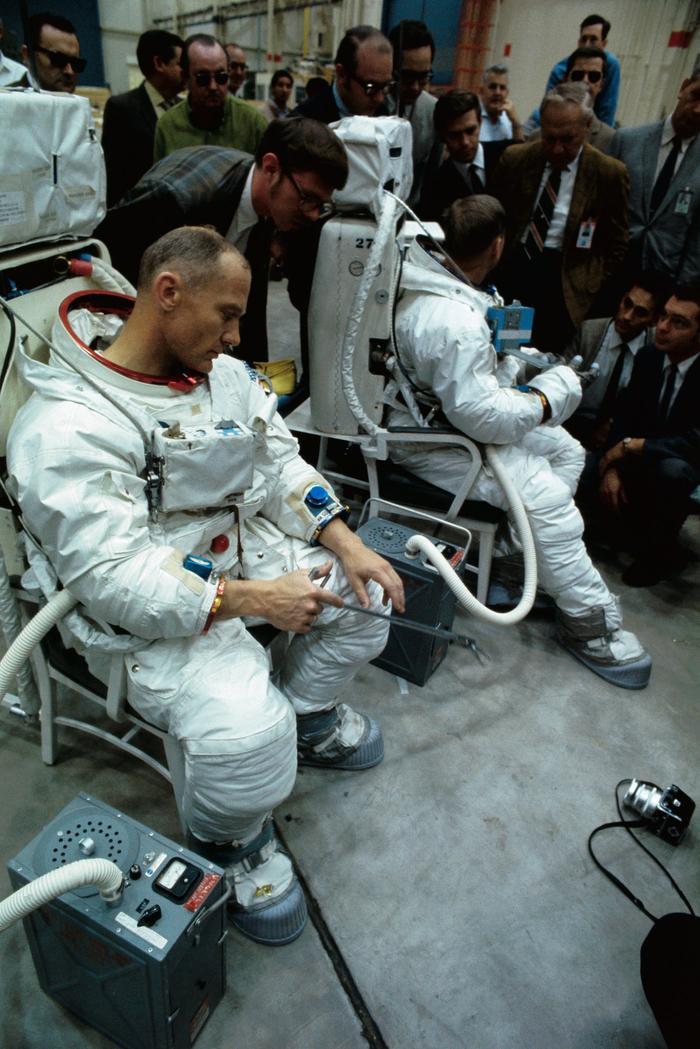 Aldrin, bên phải, cầm một dụng cụ được phát triển để thu thập mẫu đất, đá, bụi bẩn trên mặt trăng.