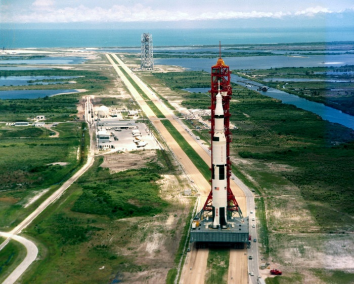 Tên lửa Saturn V với vai trò mang tên Apollo 11 trên bệ phóng di động ở Cape Canaveral vào ngày 17 tháng 5, 1969.