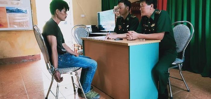 Đồn biên phòng Ngọc Chung lấy lời khai Hà Văn Dũng. Ảnh: báo Pháp Luật TP.HCM