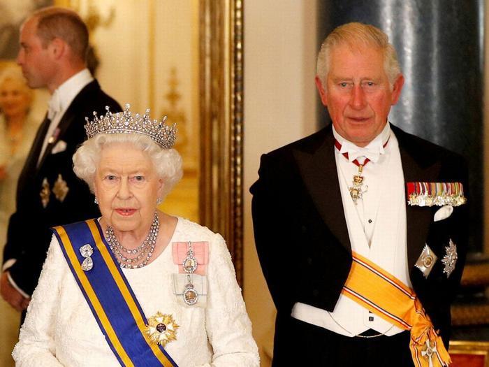 Nữ hoàng Elizabeth và con trai, Thái tửCharles.