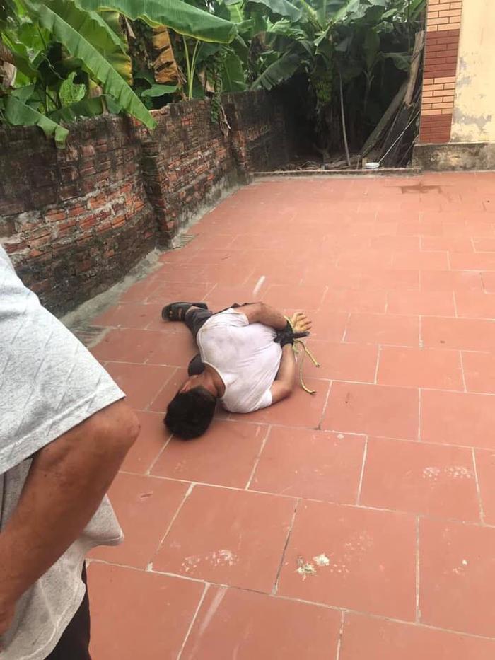 Người đàn ông sàm sỡ bé gái 14 tuổi bị trói tay để giao cho cơ quan chức năng xử lý. Ảnh: báo VTC News