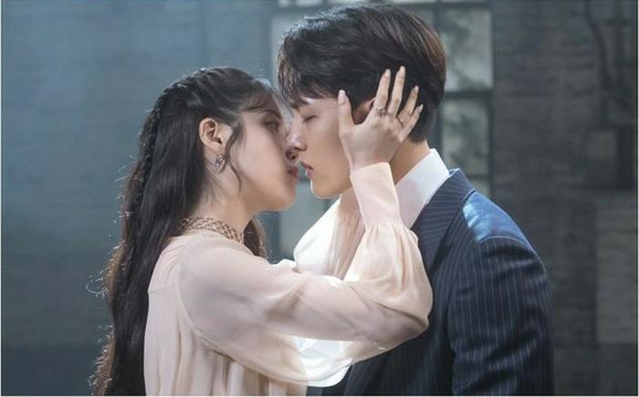 Phim 'Hotel Del Luna' tập 4: Sợ Yeo Jin Goo bị ma nữ bắt IU chủ động hôn nụ hôn đầu tiên.
