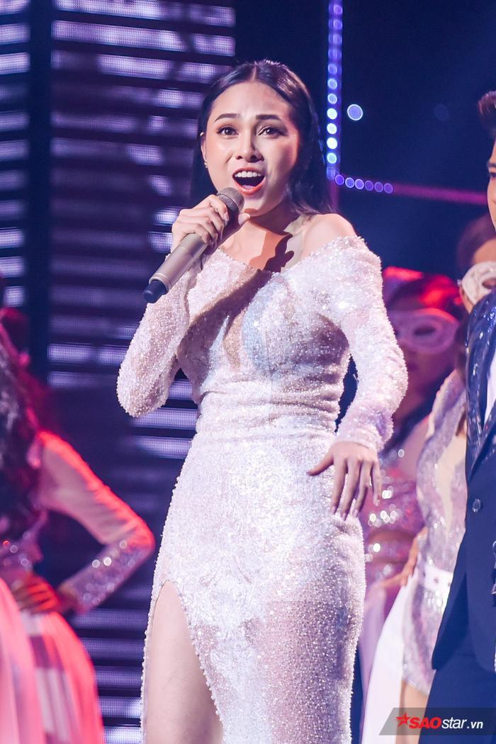 Phần trình diễn solo của Hoàng Đức Thịnh được sự hỗ trợ của Lưu Hiền Trinh.