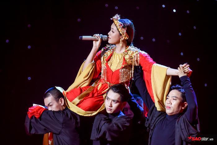 Ngọc nữ The Voice 2019 – Trần Lê Bích Tuyết thể hiện tình khúc đầy cảm xúc khiến khán giả day dứt.
