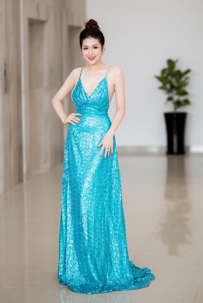 Ngày 20/7 cô lựa chọn chiếc đầm xanh dương nhấp nhánh tôn làn da trắng sáng