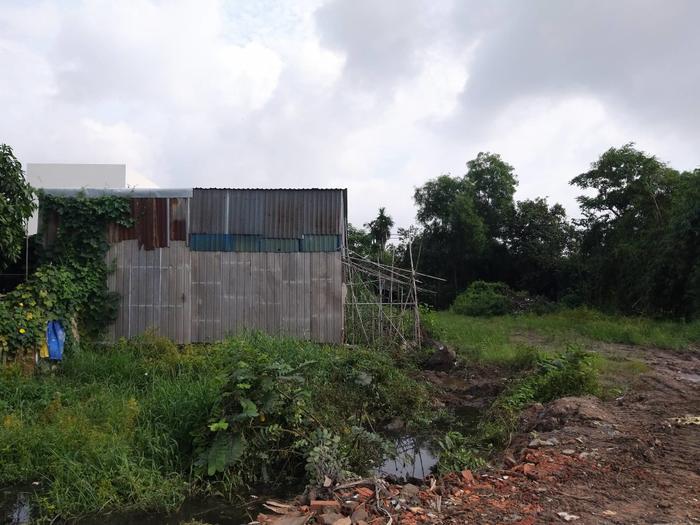 Dọc công trình không hề có rào chắn cách ly dự án đang thi công với nhà dân. Ảnh: vietnamnet