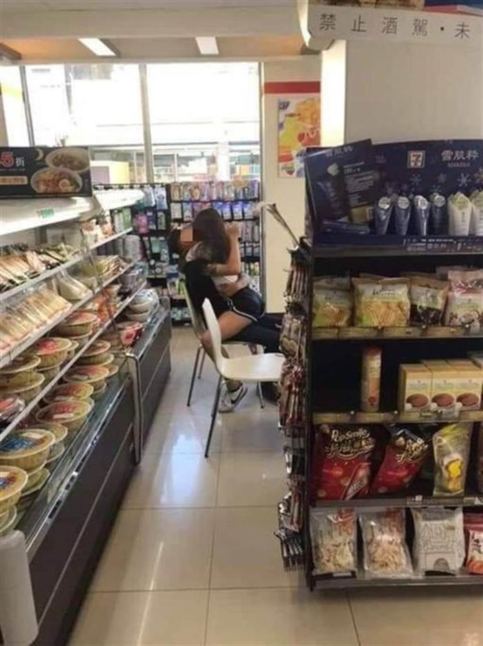 Cặp đôi thản nhiên ôm hôn, sờ soạng nhau trong cửa hàng như chốn không người.