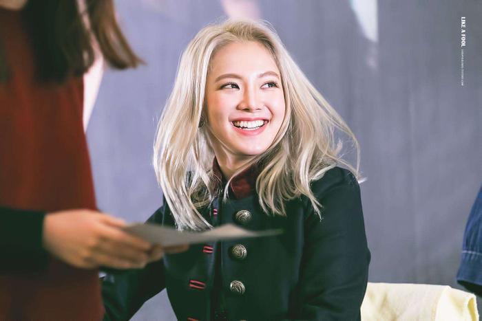 Cẩn thận 15 idols Kpop sau sẽ 'hạ gục' các fan với nụ cười hình trái tim trên môi! ảnh 25