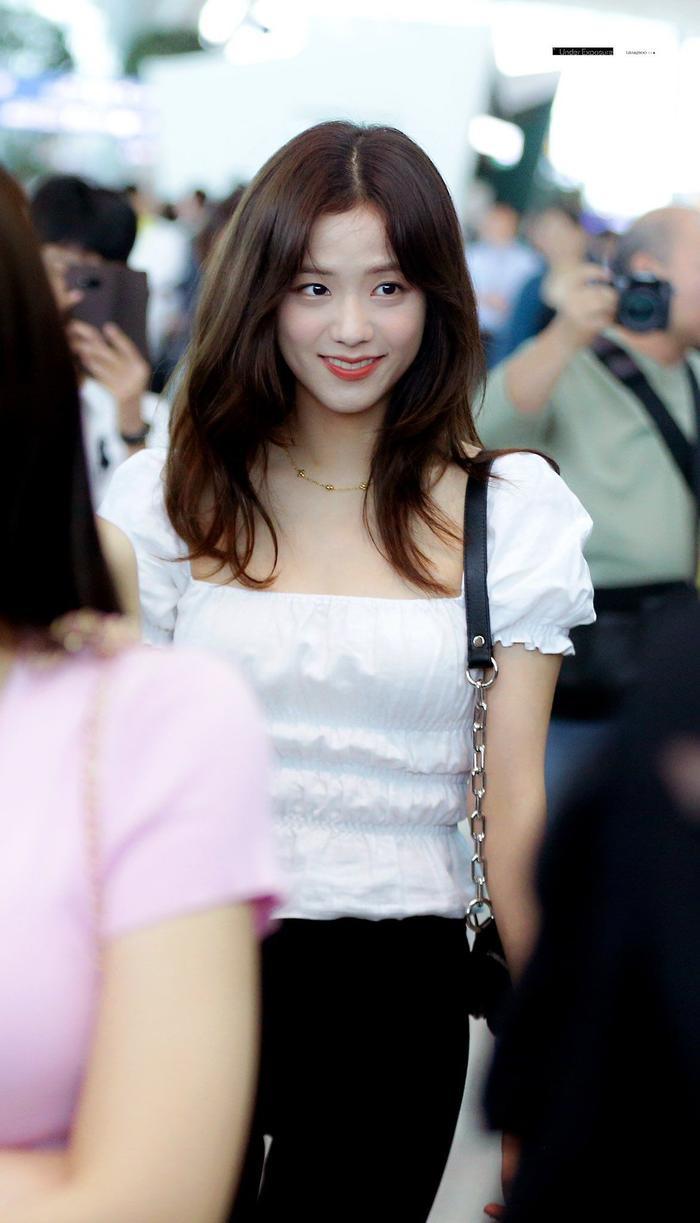 Cẩn thận 15 idols Kpop sau sẽ 'hạ gục' các fan với nụ cười hình trái tim trên môi! ảnh 3