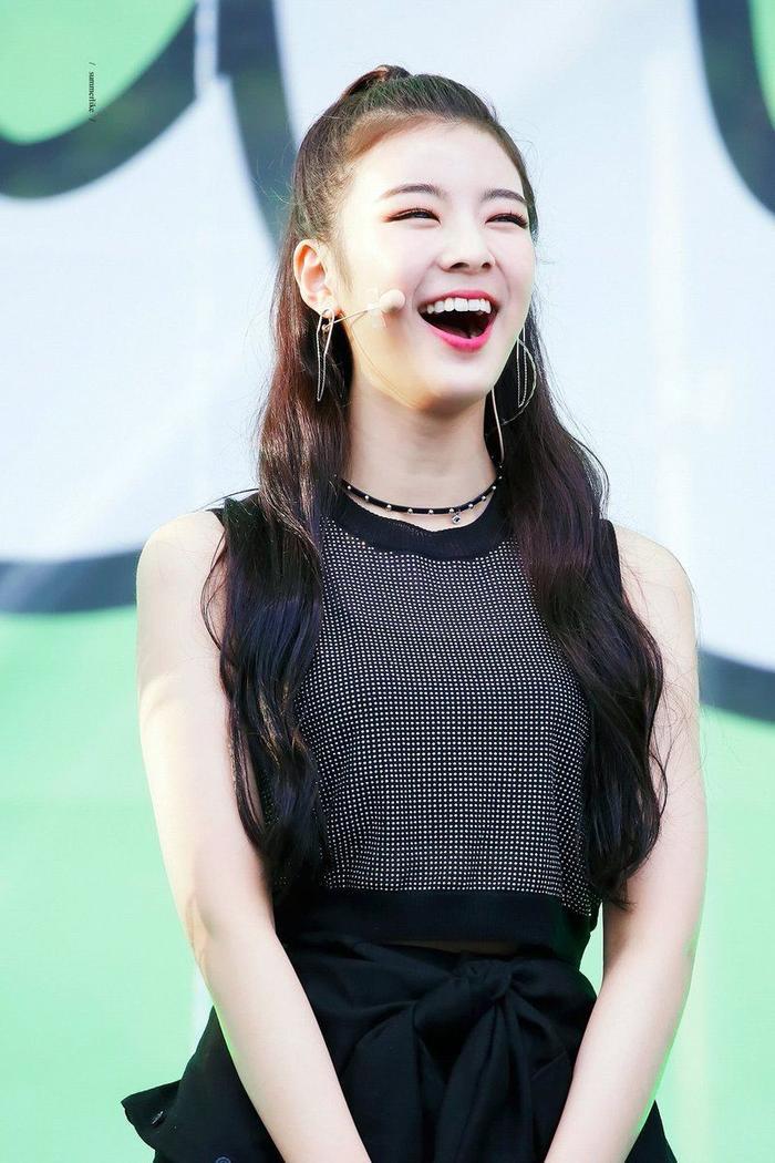 Cẩn thận 15 idols Kpop sau sẽ 'hạ gục' các fan với nụ cười hình trái tim trên môi! ảnh 12