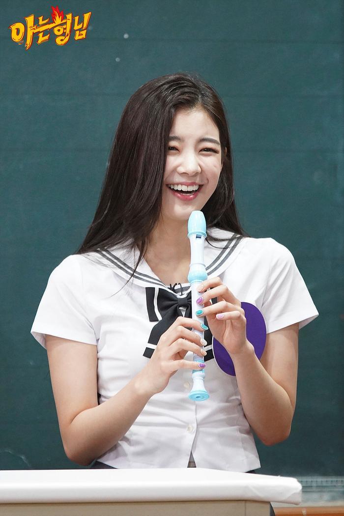 Cẩn thận 15 idols Kpop sau sẽ 'hạ gục' các fan với nụ cười hình trái tim trên môi! ảnh 13