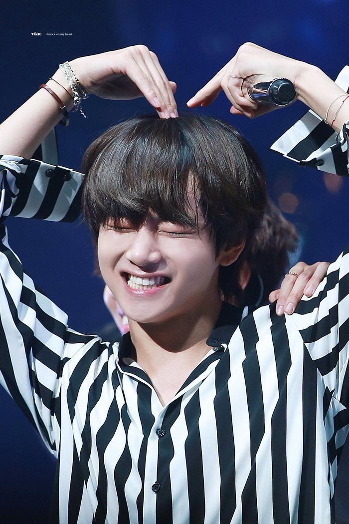Cẩn thận 15 idols Kpop sau sẽ 'hạ gục' các fan với nụ cười hình trái tim trên môi! ảnh 17