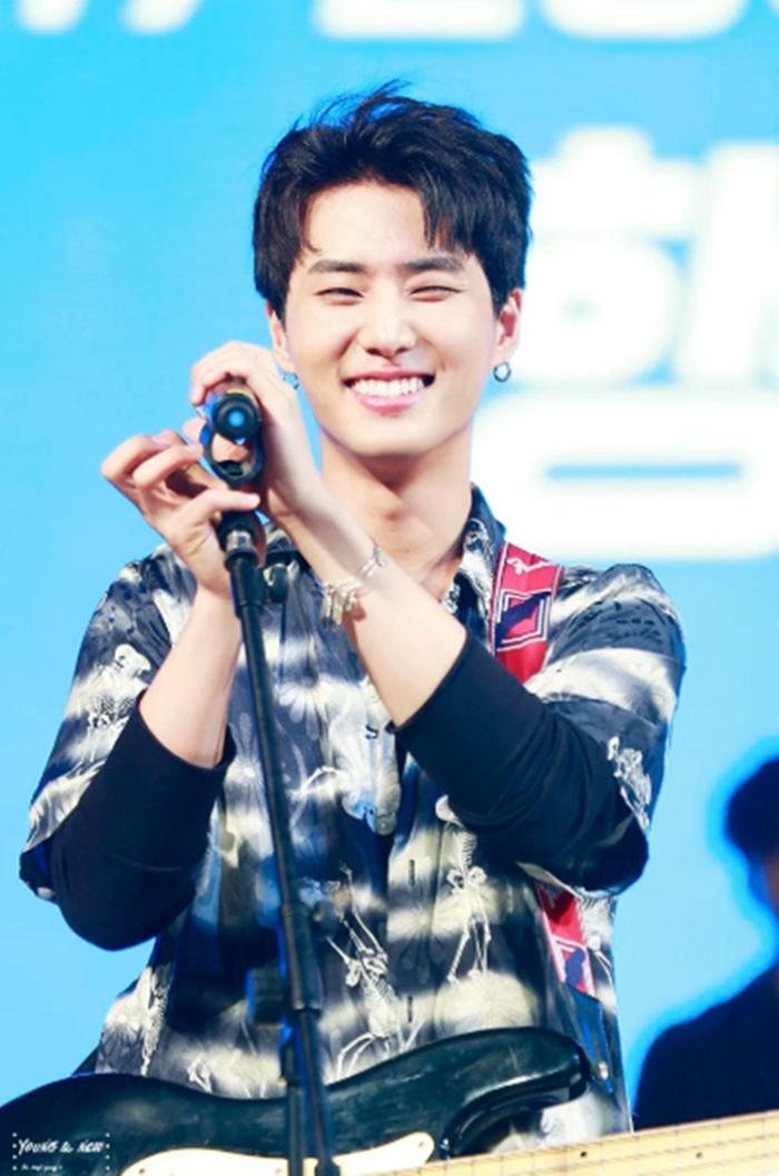 Cẩn thận 15 idols Kpop sau sẽ 'hạ gục' các fan với nụ cười hình trái tim trên môi! ảnh 30