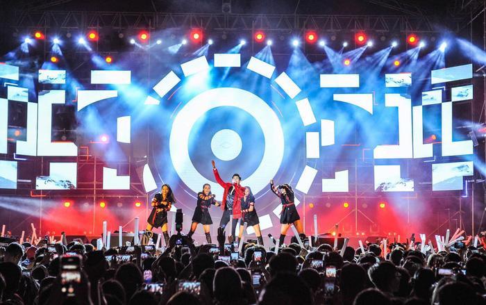 Hàng loạt màn trình diễn bùng nổ được nam ca sĩ mang lên sân khấu.