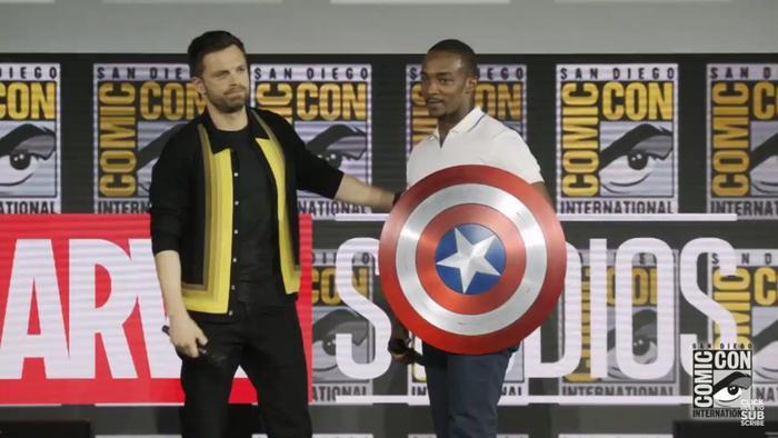Sebastian Stan và Anthony Mackie đùa vui cùng chiếc khiên Captain America.