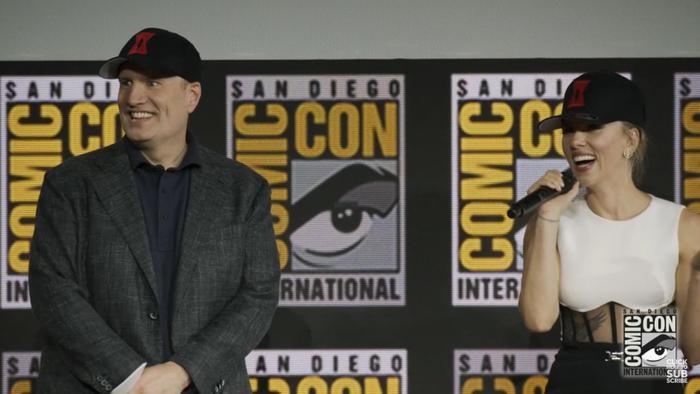 Kevin Feige và Scarlett Johansson đội những chiếc mũ ngộ nghĩnh quảng bá cho phim mới của Black Widow.