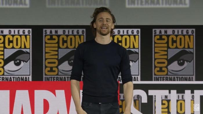 """Tom Hiddleston khiến fan hò reo """"Loki!"""" trong thích thú."""