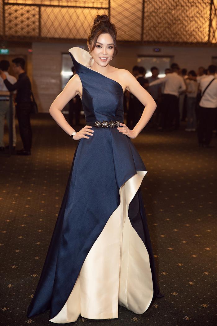 Dương Cẩm Lynh khiến khán giả chú ý với bộ váy bất đối xứng có phần cổ cao. Tuy thiết kế đánh vào phom dáng nhưng không hề thô và làm mất đường cong của nữ diễn viên.