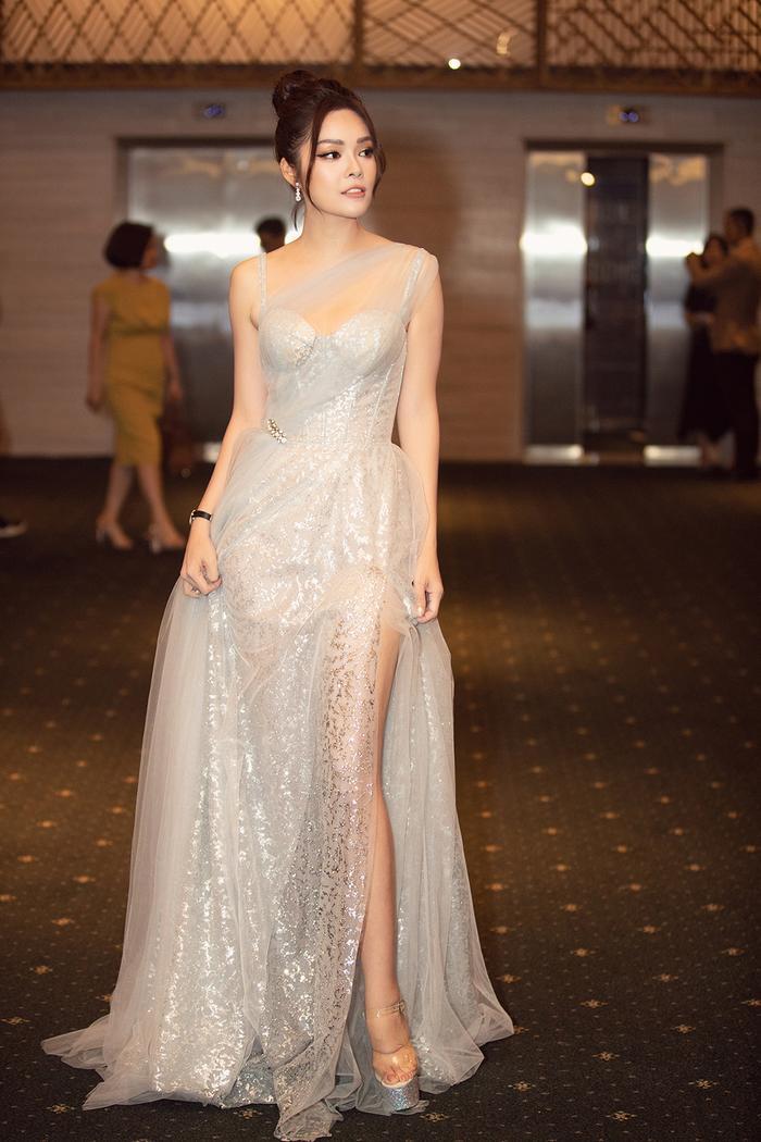 Sau đó, người đẹp thay chiếc váy dài chất liệu voan trong suốt, nhẹ nhàng. Thiết kế được đính kết kim sa lấp lánh, tạo độ nổi bật khi có ánh đèn chiếu vào.