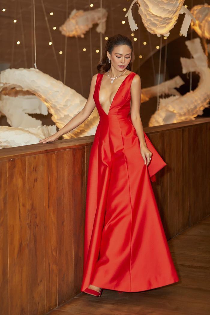 Chọn cho mình sáng tạo của NTK Công Trí, Mâu Thủy thu hút sự chú ý khi khoe khéo vòng một gợi cảm trong mẫu váy xẻ sâu tận rốn.