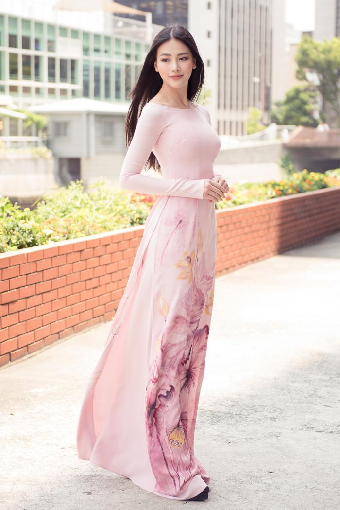Trong tà áo dài tha thướt, Phương Khánh khiến khán giả ngẩn ngơ với nét đẹp dịu dàng, đậm chất Việt.
