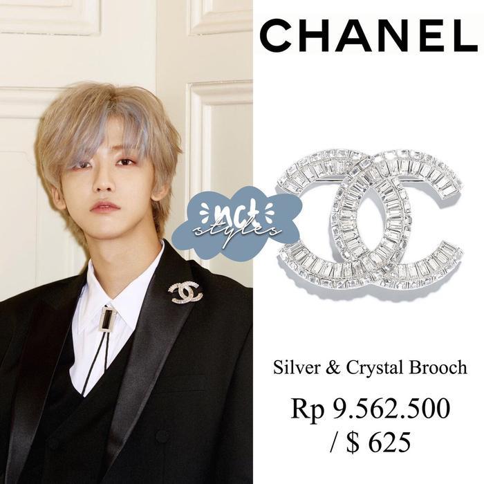 Hoa cài áo Chanel của Jaemin có giá 14 triệu 500 VNĐ.