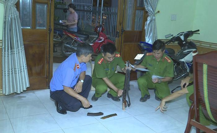 Lực lượng chức năng thu giữ khẩu súng tại hiện trường. Ảnh: Vietnamnet.