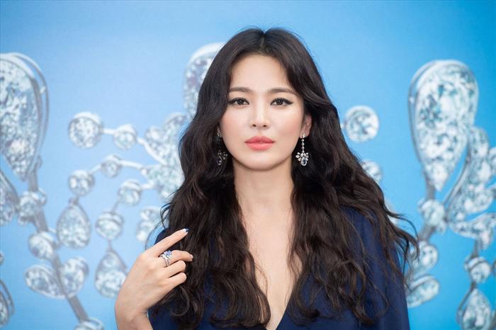 Song Hye Kyo thường trang điểm sắc sảo kể từ sau tin ly hôn Song Joong Ki.