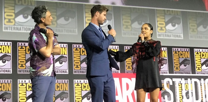 Đạo diễn Taika Waititi bên cạnh cặp đôi diễn viên của Thor: Love and Thunder.
